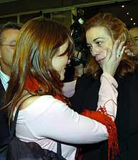 Una mujer abraza a Pilar Manjón en la comisión. (Foto: Carlos Miralles)