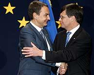 José Luis Rodríguez Zapatero y el primer ministro holandés, Jan Peter Balkenende, en el Consejo Europeo. (Foto: AP)