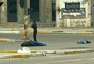 Dos asesinados yacen en la calle. (Foto: AP)