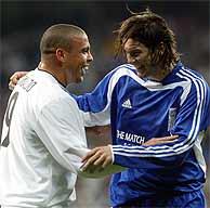 Ronaldo bromea con Solari en un a partido amistoso de esta semana. (Foto: EM)