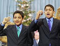 Jesús Álvarez (izda.), y Mohamed El Chaouti, los niños que han cantado El Gordo. (Foto: J.Palomar)