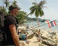 Un turista occidental espera a ser evacuado en la isla Phi Phi. (Foto: REUTERS)
