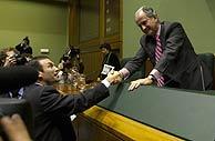 Juan María Atutxa es felicitado por Ibarretxe tras la votación. (Foto: Andrés/De Hierro)