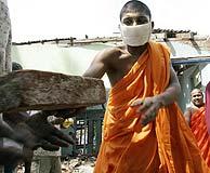 Un monje budista retira escombros en Sri Lanka. (Foto: Yves Herman)