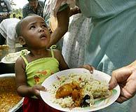 Un niño recibe comida en la región india de Andaman. (Foto: Manish Swarup)