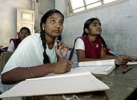Supervivientes del tsunami en una escuela en la India. (AFP)