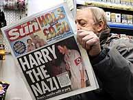 Un vendedor de periódicos lee un ejemplar de 'The Sun'. (Foto: AP)