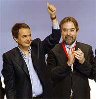 Zapatero junto a Juan Alberto Belloch en la convención de San Sebastián. (Foto: EFE)
