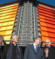 El alcalde de Madrid con varios de los arquitectos. (Foto: EFE)