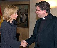 Juan Antonio Martínez Camino saluda a la ministra Elena Salgado al inicio de la reunión sobre el sida. (Foto: EFE)