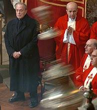 Fraga observa el botafumeiro durante una misa. (Foto: EFE)