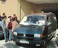 Un coche de la funeraria lleva el cadáver de la joven de Málaga. (Foto: EFE)