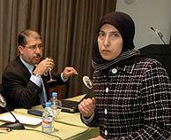 Fátima, la mujer de Alony junto a Mouzer Al Nimri, secretario general del Comité Internacional para la Defensa de Alony. (Foto: B. Rivas)