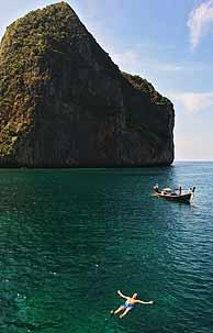 Los turistas han vuelto a bañarse en las aguas de la isla de Phi Phi, en Tailandia. (Foto: EFE)