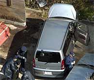Policías investigan en una de los coches de los suicidas en Miura. (Foto: REUTERS)