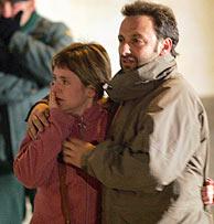 Los familiares de las víctimas llegan al polideportivo. (Foto: EFE)
