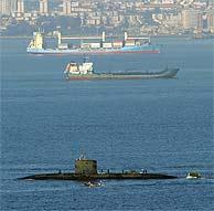 El submarino británico abandona el Puerto de Gibraltar. (Foto: EFE)