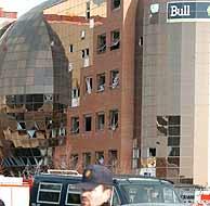 La fachada de Bull, con importantes daños materiales. (Foto: EFE)