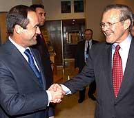 Bono y Rumsfeld durante su encuentro. (Foto: EFE)