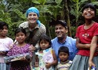 Carlos Sobera con varios niños en Guatemala. (Foto: World Vision)