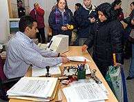 Desde el 7 de febrero miles de inmigrantes intentan regularizar su situación. (Foto: EFE)