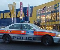 Un coche de la policía en la tienda de Ikea del norte de Londres donde se produjo el incidente. (Foto: AP)