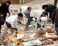 Vecinos del Carmel intentan recuperar algunos de sus bienes entre los escombros. (Foto: EFE)