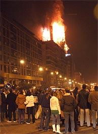 Multitud de madrileños acudieron a ver el incendio. (Foto: EFE)