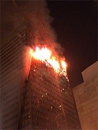 El edificio Windsor, en llamas. (Foto: EFE)