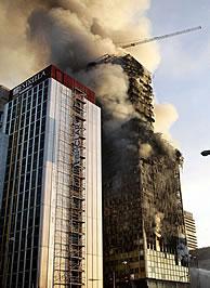 La torre Windsor, cubierta de humo. VEA MÁS IMÁGENES (Foto: REUTERS)