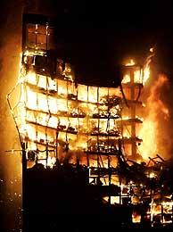 El Windsor, anoche, en llamas. (Foto: AP). Vea el edificio antes del incendio