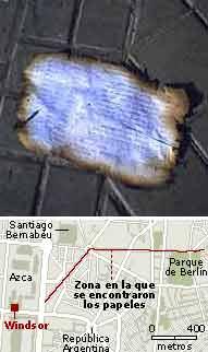 Un papel quemado por el incendio, en el Parque de Berlín. (Foto: Raúl Rivero)