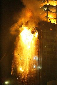 El edificio Windsor en llamas. (Foto: JAVIER LIZÓN). VEA MÁS IMÁGENES
