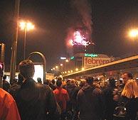 Las llamas consumen la torre Windsor ante los ojos atónitos de los madrileños. (Foto: Paloma Díaz)