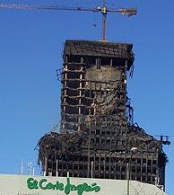 La torre Windsor, el lunes por la mañana, junto a El Corte Inglés de Castellana. (Foto: Paloma Díaz)