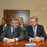Alfonso de Salas (dcha.), presidente de Unidad Editorial, junto a José María Bergareche, vicepresidente de Vocento. (Foto: Diego Sinova)