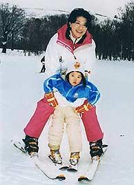 La princesa esquía junto a su madre, Masako. (Foto: AP)