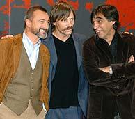 Agustín Díaz Yanes (dcha.) posa junto al actor Viggo Mortensen (centro) y a Arturo Pérez Reverte. (Foto: EFE)