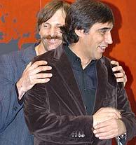 Mortensen bromea con Díaz Yanes. (Foto: EFE)