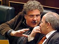 Joan Tardá charlando con el ministro de Industria, José Montilla. (Foto: EFE)