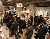 Desde el anuncio del cierre de la tienda, se crean largas colas para comprar en el establecimiento. (Foto: Javi Martínez)