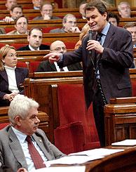 El presidente de la Generalitat, Pasqual Maragall, escucha la intervención del presidente de CiU, Artur Mas, durante el pleno monográfico del Parlament sobre el barrio del Carmelo. (Foto: EFE)