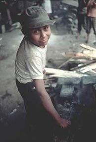 Un niño de Nicaragua trabaja de sol a sol en una industria mecánica. (Foto: OIT)