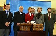 La vicepresidenta, con los 'sabios', durante la entrega del informe. (Foto: EL MUNDO)