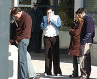 Familiares de los agentes, en el tanatorio. (Foto: EFE)