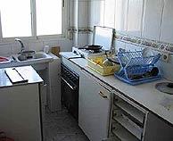 La cocina de la casa, tal y como la dejaron los terroristas. (Foto: Fernando Quintela)