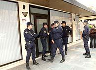 La policía custodia el bufete implicado. (Foto: EFE)
