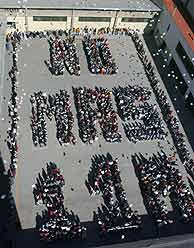 """Alumnos de un colegio de Madrid formaron el lema """"NO MAS 11-M"""" en recuerdo de las víctimas. (Foto: EFE)"""