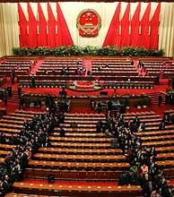 Los delegados abandonan el Gran Palacio del Pueblo tras aprobar la ley. (AP)