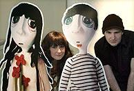 El dúo, con los muñecos de la portada de su nuevo disco. (Foto: EFE)